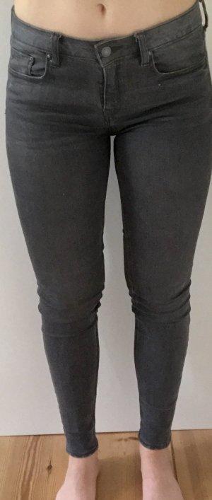 Graue skinny jeans leichte angedeutete Löcher