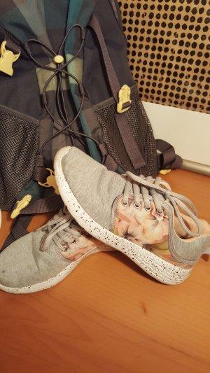 Graue Sneaker mit Blumenmuster