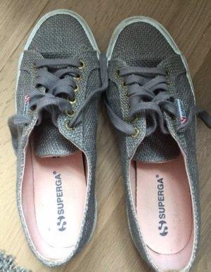 Graue Sneaker von Superga