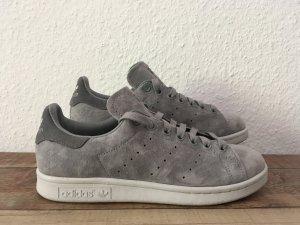 graue Stan Smith Sneaker aus Veloursleder