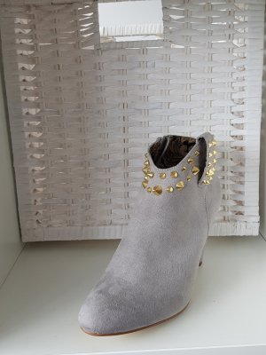 graue Stiefeletten mit goldenen Applikationen