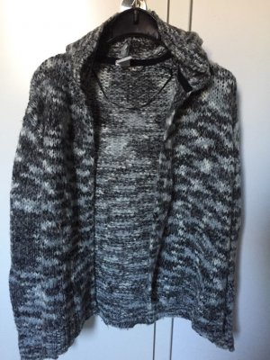 Graue Strickjacke mit Kapuze