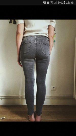 Graue Topshop Jamie Jeans mit Rissen an den Knien