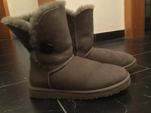 Graue UGG Boots Bailey Button, Größe 7/ EU 38