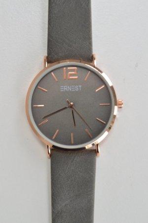 Graue Uhr mit kupferfarbenem Gehäuse