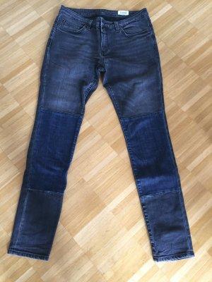 Graue washed Jeans mit blauen Jeansflicken in Jeansgröße 28