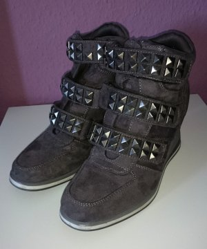 Graue Wedge Sneaker mit Nieten