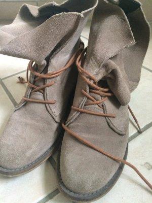 Graue Wildleder Boots