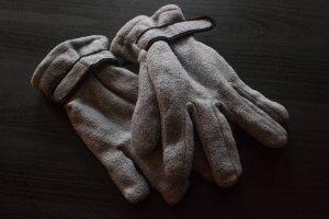 graue Winterhandschuhe