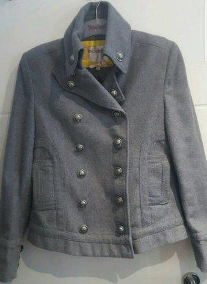 graue Wolljacke, auffälliger Stehkragen, military Style
