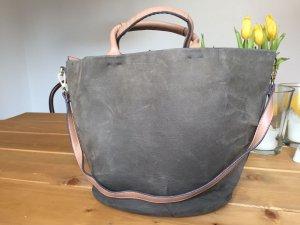Graue XXL Leder-Bag mit nudefarbenem Henkel