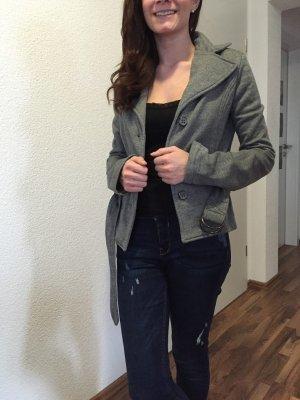 grauer Blazer aus Stoff und mit Gürtel