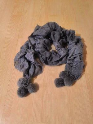 Grauer geraffter Schal mit Bommeln
