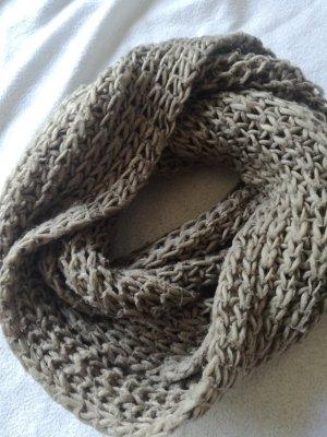 grauer gestrickter Schal