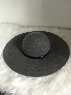 Grauer Hut mit schwarzem Band