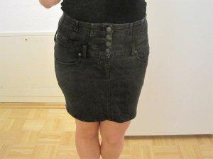 grauer Jeansrock mit Knopfleiste