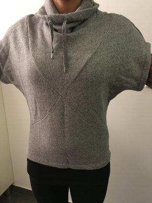 Grauer kurzärmliger Pullover
