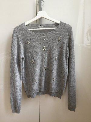 Grauer kuscheliger Pullover