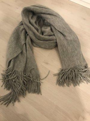 Grauer, kuscheliger Schal von H&M aus der aktuellen Kollektion