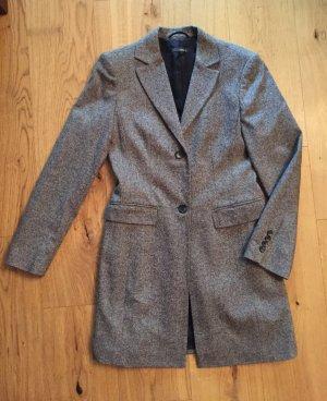 Grauer Mantel für Übergangszeit