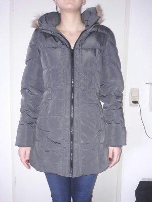Grauer Mantel mit Kapuze
