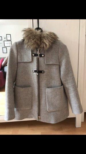 Grauer Mantel mit Kunstfell-Kapuze