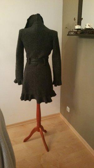 Grauer Mantel mit Rüschen