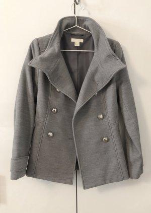 grauer Mantel mit silbernen Knöpfen