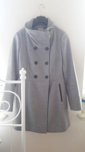 Grauer Mantel, mittellang mit Knöpfen