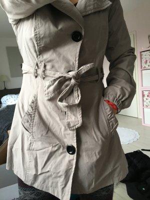 grauer, niedlicher Mantel