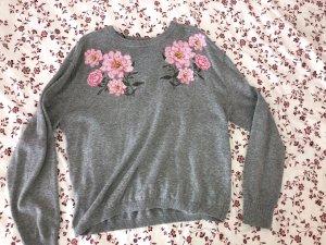 Grauer Pullover mit Blumenbestickung
