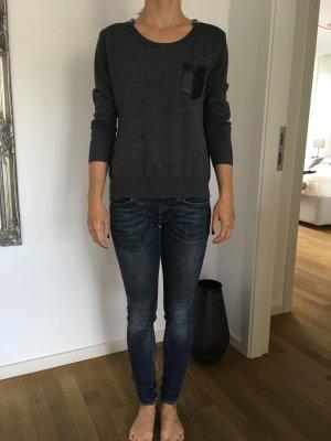 Grauer Pullover mit Dreiviertelärmel und Lederdetails von Kooples