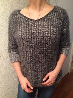 Grauer Pullover mit Dreiviertelärmeln