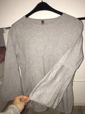 Grauer Pullover mit leichten Ballon Ärmeln