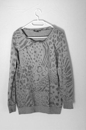 grauer Pullover mit Leoparden Muster