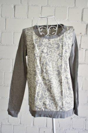 Grauer Pullover mit Musterfront vorne