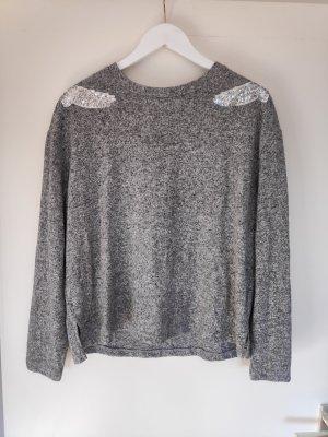 grauer Pullover mit Paillettenapplikationen