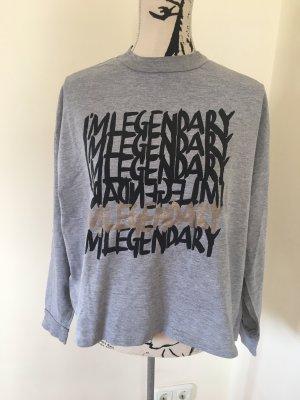 Grauer Pullover mit Print