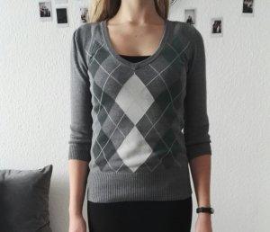 Grauer Pullover mit Rauten