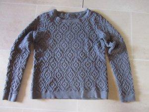 grauer Pullover mit Rautenmuster