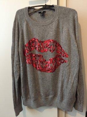 Grauer Pullover mit roten Lippen