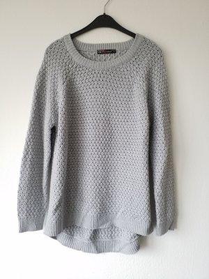 grauer Pullover mit rundem Ausschnitt. Nur wenige Male getragen