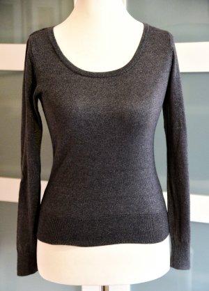 Grauer Pullover mit Silberfaden