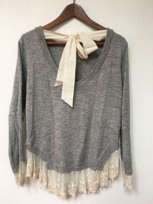 Grauer Pullover mit Spitze und Schleife
