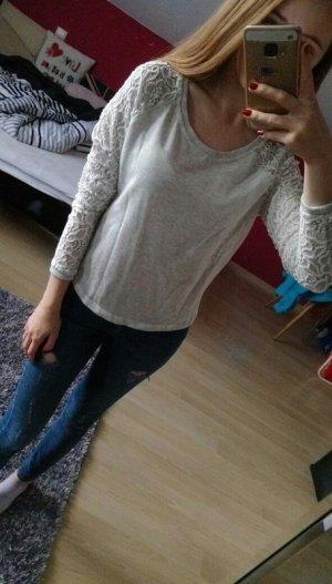 Grauer Pullover mit Spitzen-Ärmeln