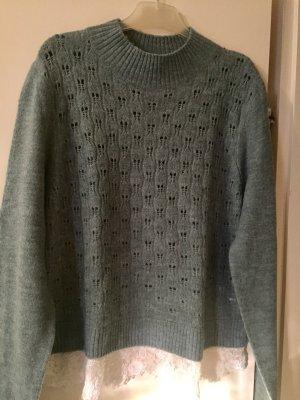 Grauer Pullover mit Spitzenbesatz