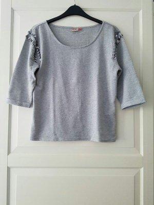 grauer Pullover mit Strass-Steinen