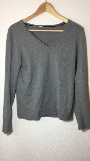 Grauer Pullover mit V-Abschnitt