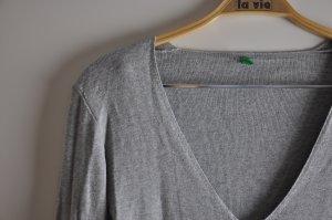 grauer Pullover mit V-Ausschnitt von Benetton
