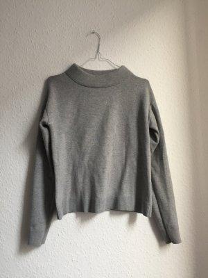 Grauer Pullover mit wattiertem Kragen